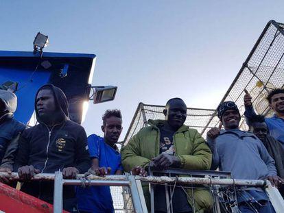 Los 12 migrantes rescatados en alta mar, en aguas internacionales, el pasado día 22, por el pesquero Nuestra Madre Loreto, con base en Santa Pola (Alicante). En vídeo, declaraciones de Josep Borrell.