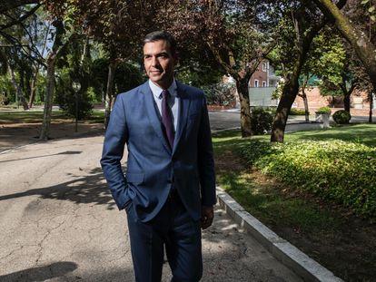 El presidente del Gobierno, Pedro Sánchez, en los jardines de La Moncloa, el viernes.