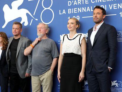 De izquierda a derecha, Nicole Holofcener, Matt Damon, Ridley Scott, Jodie Comer y Ben Affleck, antes de la presentación de 'El último duelo'.
