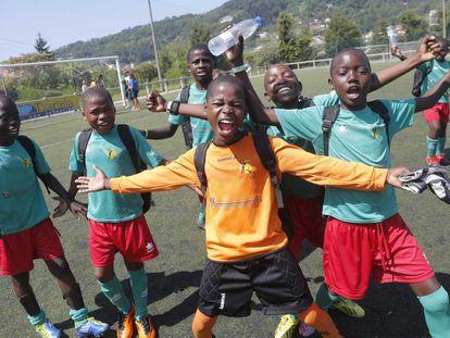 Arone, portero del Cruzada por los Niños, celebra con sus compañeros la victoria lograda en la Donosti Cup. La selección que dirige el exfutbolista internacional Tico Tico es la primera vez que sale de Mozambique.