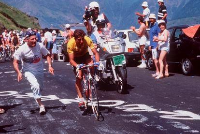 Pedro Delgado, al ataque en el Tour de Francia de 1988. El líder marcando distancias.