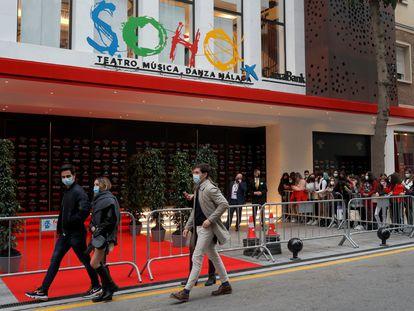 La gente se para en el exterior del Teatro Soho CaixaBank, donde tiene lugar la ceremonia de los Premios Goya de la Academia del Cine Español, en Málaga, el 6 de marzo de 2021.