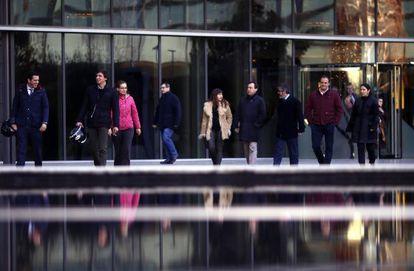 Trabajadores de Iberdrola salen de las oficinas al acabar su jornada intensiva.