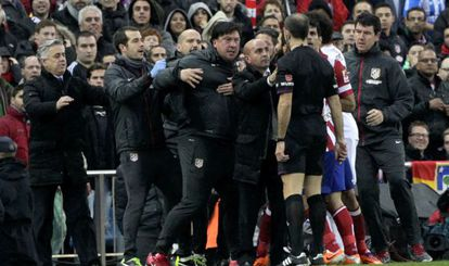 Mono Burgos se encara con el árbitro del partido, Delgado Ferreiro
