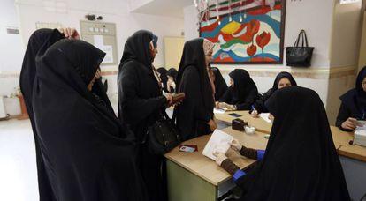 Un grupo de iraníes vota este viernes en la segunda vuelta de las elecciones parlamentarias en Teherán.