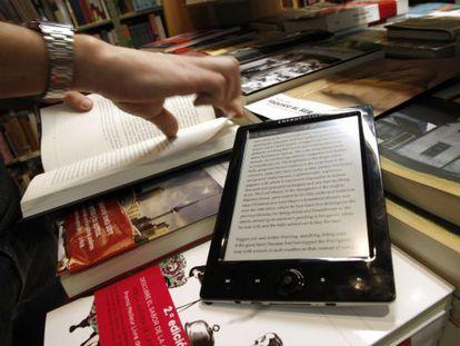 Un libro electrónico y otro en papel, en una librería de Madrid.