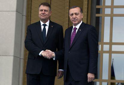 Recep Tayyip Erdogan y, a la derecha, su homólogo rumano Klaus Iohannis, este miércoles en Ankara.