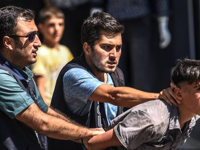 Dos policías detienen a un joven, este miércoles durante una protesta en Diyarbakir.
