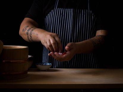 El chef de Kappo, Mario Payán, prepara un niguiri.