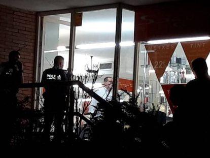 Agentes en el exterior de la peluquería donde han ocurridos los hechos.