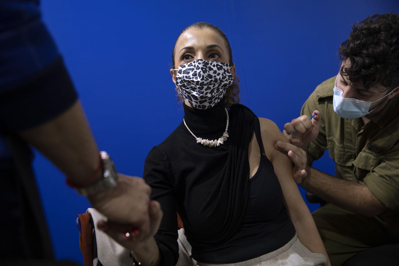 Una mujer recibe la segunda dosis de la vacuna en Israel.