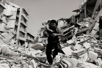 Mohamed Alaa El Jaleel rescata a un niño entre los escombros, este año, en la Alepo oriental.