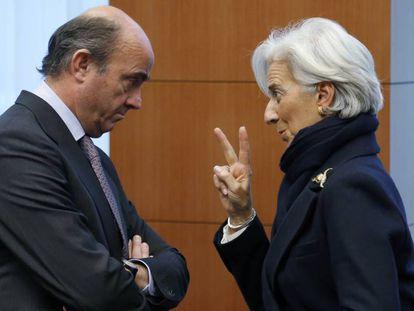 Luis de Guindos, ex ministro de Economía español, charla con la presidenta del FMI, Christine Lagarde, en la reunión del Consejo Europeo en 2013.