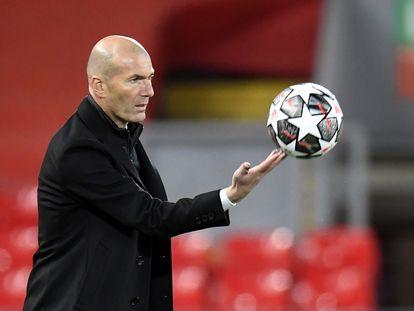 Zinedine Zidane, durante el partido contra el Liverpool en Anfield.