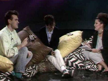 Paloma Chamorro entrevistando, entre cojines, a los líderes de los Smiths, Morrissey y Johnny Marr.