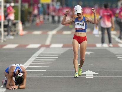 La colombiana Sandra Arenas celebra al cruzar en segundo lugar la meta de la marcha olímpica. La italiana Antonella Palmisano, medalla de oro, descansa en el suelo tras acabar la prueba de 20 kilómetros.