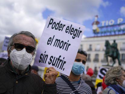 Manifestantes a favor de la aprobación de la ley de eutanasia en la Puerta del Sol en Madrid en febrero de 2021.