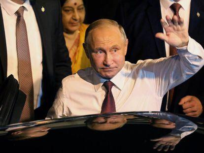El presidente ruso, Vladímir Putin, saluda a su llegada este jueves a Nueva Delhi.