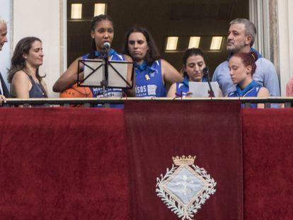 Las cuatro pregoneras en el balcón del distrito de Gràcia