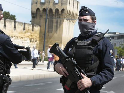 Policías franceses en Aviñón el 9 de mayo, en una imagen de archivo.