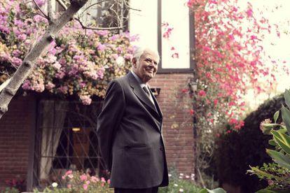 El expresidente chileno, Patricio Aylwin, pasea por el jardín de su casa en Santiago de Chile el pasado 16 de mayo.