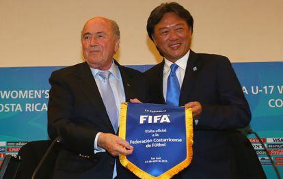 Blatter junto a Eduardo Li, presidente de la federación de Costa Rica.