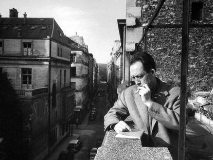 Albert Camus fumando en la terraza de su oficina parisina en 1955.