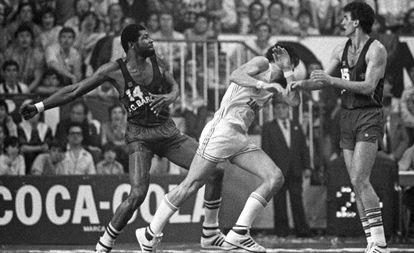Davis (i) e Iturriaga (c), en la Liga 83-84 ante la presencia de Epi.