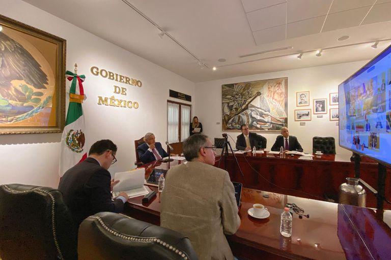 López Obrador y su equipo durante la conferencia del G20 en Palacio Nacional.