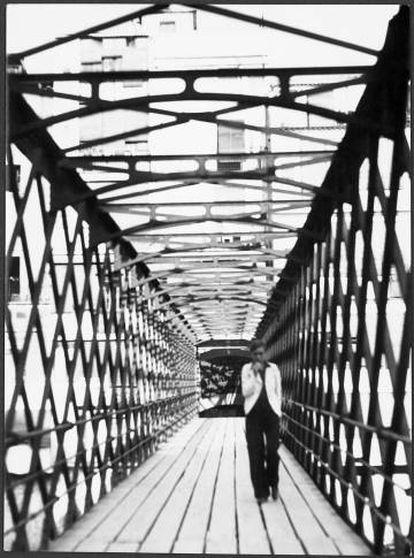 Sin título, 1933 ((Annemarie Schwarzenbachen el puente Eiffel sobre el rio Oñar), Gerona, 1933