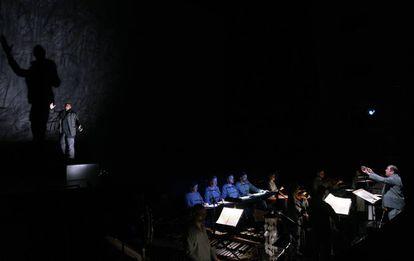 En el escenario, Davóne Tines, y, en el foso, cantantes, instrumentistas y el director musical Ivor Bolton.