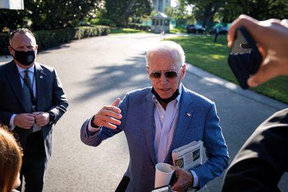 El presidente de Estados Unidos, Joe Biden, habla este sábado con los periodistas en el jardín sur de la Casa Blanca, en Washington.