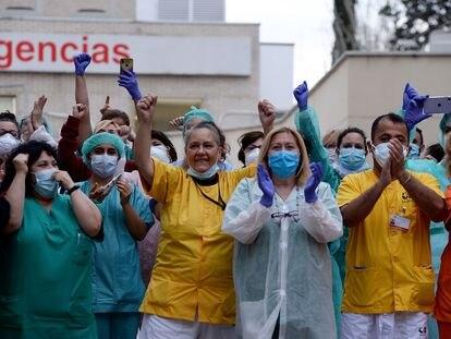 Trabajadores sanitarios del Hospital Gregorio Marañón aplauden a los vítores de los ciudadanos el pasado 2 de abril