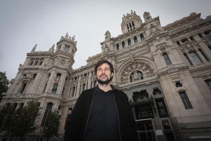 Álvaro Bonet frente al Palacio de Cibeles, actual sede del Ayuntamiento, uno de los edificios más icónicos de Antonio Palacios