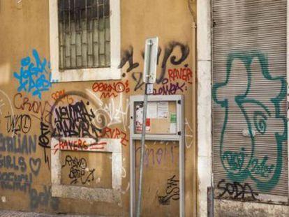 Imagen de pintadas callejeras en las fachadas de una vivienda