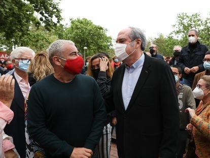 El presentador Jorge Javier Vázquez (i) y el candidato socialista a la Presidencia de la Comunidad de Madrid, Ángel Gabilondo (d), durante un acto de campaña este sábado.