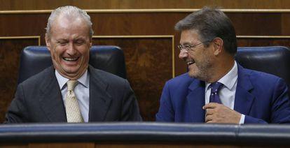 Los ministros de Defensa y Justicia en funciones, Pedro Morenés (i) y Rafael Catalá, este viernes en el Congreso.