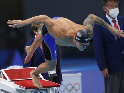 El nadador Caeleb Dressel de Estados Unidos durante la semifinal de 100m libres en los Juegos Olímpicos de Tokio 2020