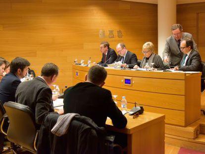 Los diputados de la oposición, ayer, en la Comisión de Reglamento presidida por Alejandro Font de Mora.
