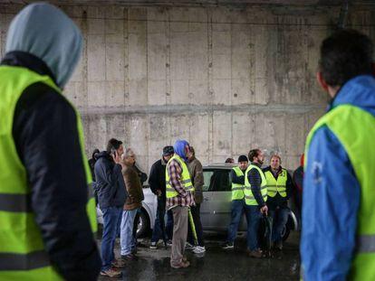 Camioneros en huelga bloquean el acceso al Centro de Combustible de Aveiras. En vídeo, así se vivía la situación en una gasolinera el miércoles, antes de que se desconvocara la huelga.