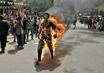 Un activista tibetano se inmola en Nueva Delhi el pasado 26 de marzo, durante la visita del presidente chino a India.