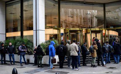 Cola a las puerta de una sucursal bancaria en Buenos Aires (Argentina)