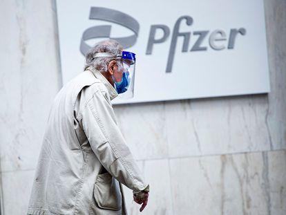 Un hombre camina frente a la sede de Pfizer en Nueva York.