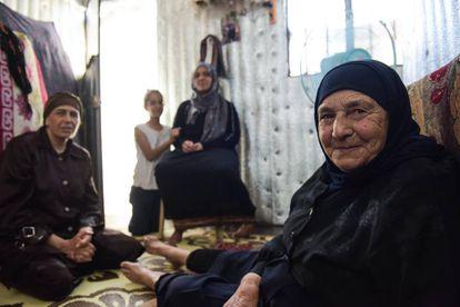 Um Nafua, refugiada siria de 75 años, en el asentamiento informal Fareh en el este de Líbano.