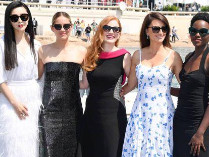 Desde la izquierda, Fan Bingbing, Marion Cotillard, Jessica Chastain, Penélope Cruz y Lupita Nyong'o en la promoción de su proyecto '355'.