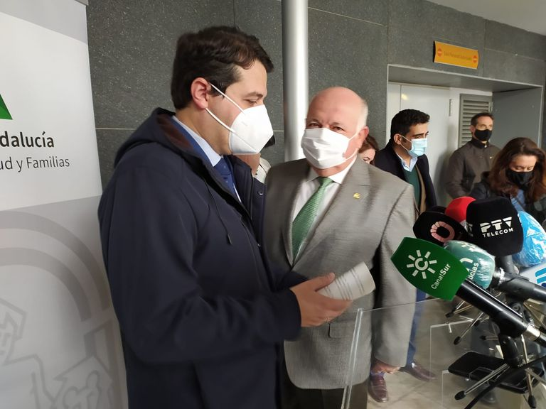 El consejero andaluz de Salud, Jesús Aguirre (derecha), junto al alcalde de Córdoba, José María Bellido, este viernes.