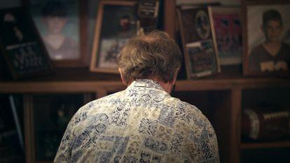 Jeff Williams ante imágenes de su hijo en 'Criando a un asesino en masa'.