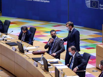 Pedro Sánchez conversa con el presidente francés, Emmanuel Macron, este jueves en Bruselas.