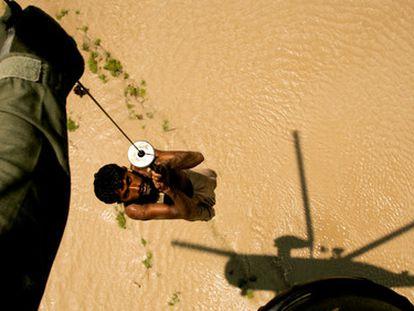 Un campesino es rescatado por un helicóptero de la Armada paquistaní en la región de Ghaus Pur, en la provincia de Sindh.