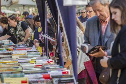 Lectores en busca de su libro durante la festividad de Sant Jordi de 2014.